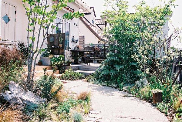 ナチュラルガーデンのアプローチ、ガーデンシェッド